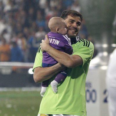 Iker Casillas con Martín en brazos celebrando la décima Champiosn del Real Madrid