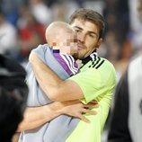 Iker Casillas y su hijo Martín celebrando la décima Champions del Madrid en el Bernabéu