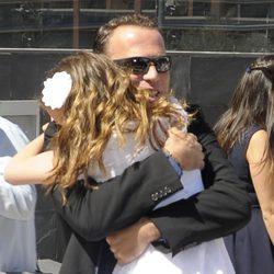 Carlos Lozano abrazando a su hija Luna el día de su Primera Comunión