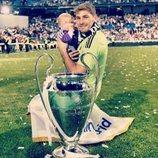 Iker Casillas y Martín posando con la décima Champions del Real Madrid
