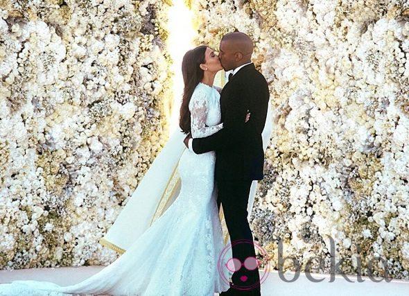 Kim Kardashian y Kanye West se besan tras convertirse en marido y mujer