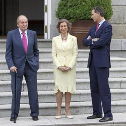 Los Reyes Juan Carlos y Sofía y el Príncipe Felipe esperando al Presidente de Panamá y su mujer