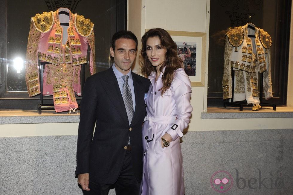 Enrique Ponce inaugura una exposición con sus trajes de luces junto a Paloma Cuevas
