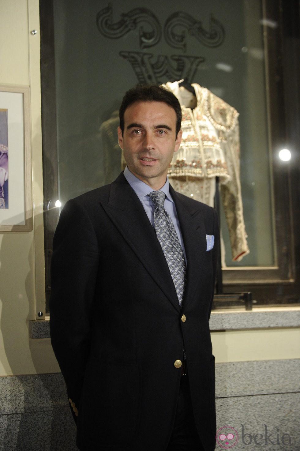 Enrique Ponce inaugura una exposición con sus trajes de luces