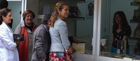 La Infanta Elena recorriendo la Feria del Libro de Madrid 2014