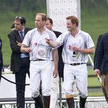 Príncipe Guillermo y Prínipe Harry en un partido de polo benéfico en Berkshire