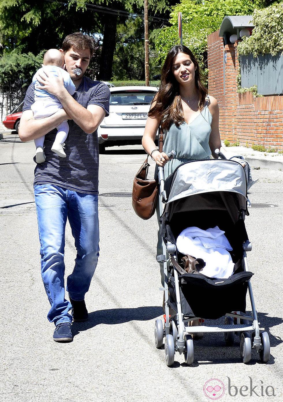 Iker Casillas con su hijo Martín en brazos y Sara Carbonero paseando por Madrid