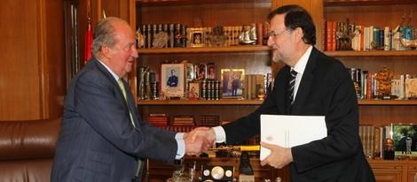 El Rey Juan Carlos entregando a Mariano Rajoy su abdicación