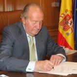 El Rey Juan Carlos firmando su abdicación como Jefe del Estado