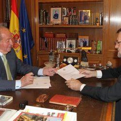 El Rey Juan Carlos comunicando a Mariano Rajoy su decisión de abdicar