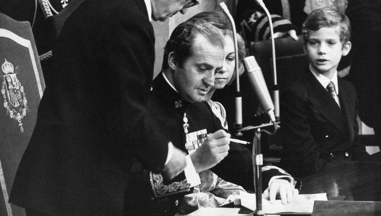 El Rey Juan Carlos firma la Constitución de 1978