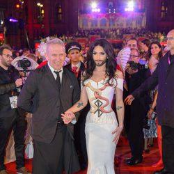 Conchita Wurst y Jean Paul Gaultier en la gala Life Ball 2014