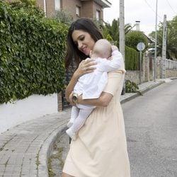 Sara Carbonero con su hijo Martín en brazos el día de su bautizo