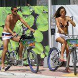 Malena Costa y Mario Suárez montando en bici por Miami