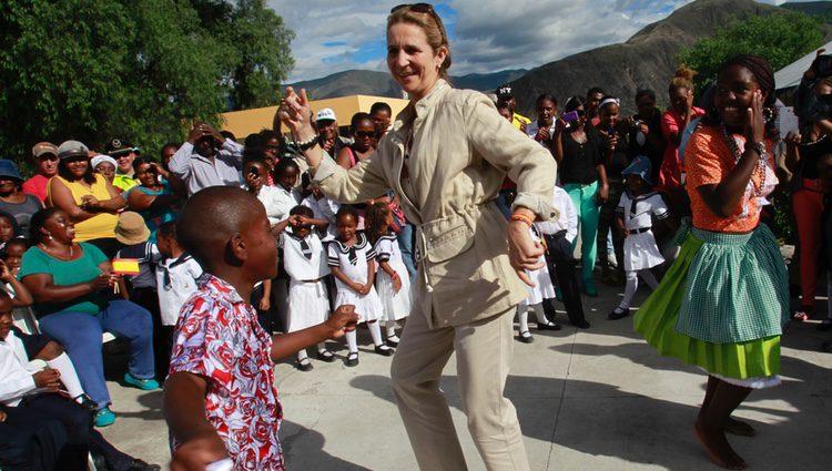 La Infanta Elena bailando con un niño en Ecuador tras la abdicación del Rey