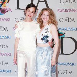 Cynthia Rowley y Anna Chlumsky en los CFDA Fashion Awards 2014