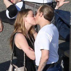 Amber Heard besa a Johnny Depp en el descanso del rodaje de su película