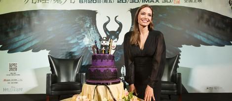 Angelina Jolie celebrando su 39 cumpleaños con 'Maléfica' en Shanghai