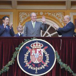 El Rey Juan Carlos saluda en su última Corrida de la Beneficencia como Rey de España