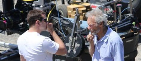 Bradley Cooper conversa con Clint Eastwood en el rodaje de 'American Sniper'