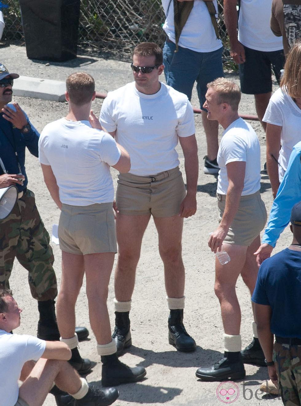 Bradley Cooper charla con unos soldados en el rodaje de 'American Sniper'