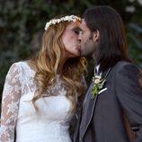 Elisabeth Reyes y Sergio Sánchez se dan un beso el día de su boda