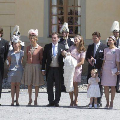La Princesa Leonor de Suecia con sus padres y padrinos en su bautizo