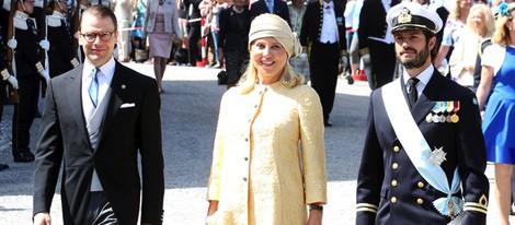El Príncipe Daniel, la madre de Chris O'Neill y Carlos Felipe de Suecia en el bautizo de Leonor de Suecia