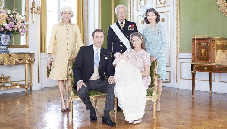 Leonor de Suecia con sus padres y abuelos en su bautizo