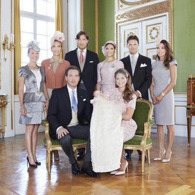 La Princesa Leonor de Suecia con Magdalena de Suecia y Chris O'Neill y sus padrinos en su bautizo
