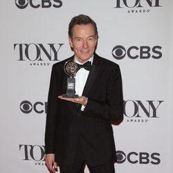 Bryan Cranston enseña su galardón en los Premios Tony 2014