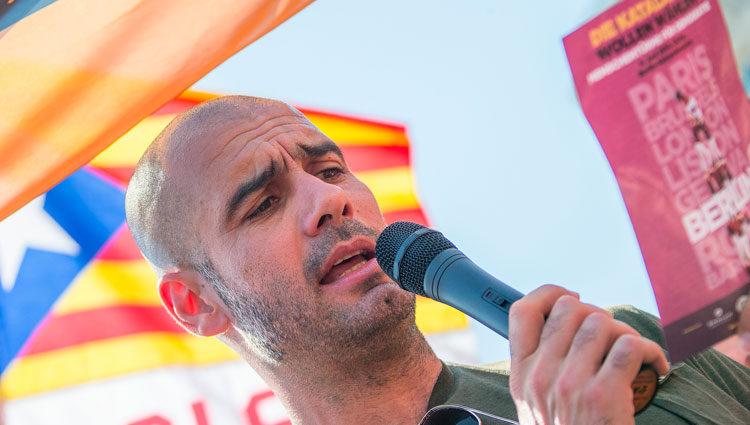 Pep Guardiola leyendo un manifiesto en favor del derecho a decidir de Cataluña