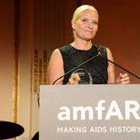 La Princesa Mette-Marit de Noruega recogiendo un galardón en la Inspiration Gala 2014 de amfAR