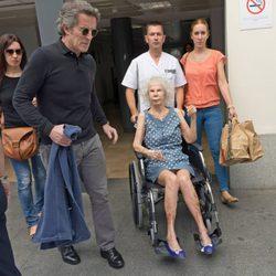 La Duquesa de Alba sale del hospital junto a Alfonso Díez