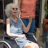 La Duquesa de Alba sale del hospital en silla de ruedas