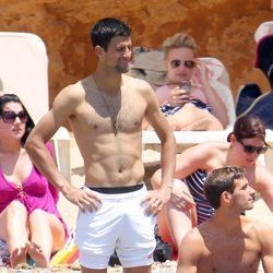 Novak Djokovic con el torso desnudo disfruta de su despedida de soltero en Ibiza