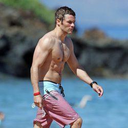James Marsden luce abdominales durante unas vacaciones en Hawaii