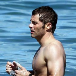 James Marsden se toma un baño en el mar durante unas vacaciones en Hawaii