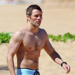 James Marsden sin camiseta durante unas vacaciones en Hawaii