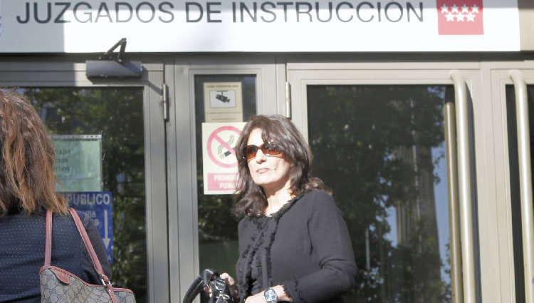 La madre de Mario Biondo en la puerta del juzgado en el que declaró Raquel Sánchez Silva