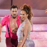 Jennifer Lopez y Maksim Chmerkovskiy bailando en los American Music Awards 2013