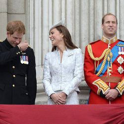 El Príncipe Harry y Kate Middleton bromean junto al Príncipe Guillermo en Trooping the Colour 2014