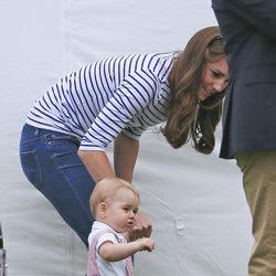 El Príncipe Jorge de Cambridge dando sus primeros pasos en un partido de polo con Kate Middleton