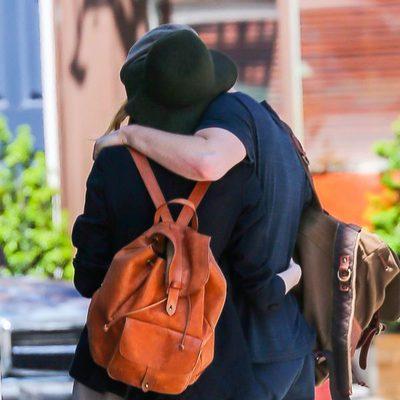 Andrew Garfield y Emma Stone se abrazan durante un paseo por Nueva York