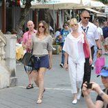 Melanie Griffith pasea por las calles de Taormina, Italia.