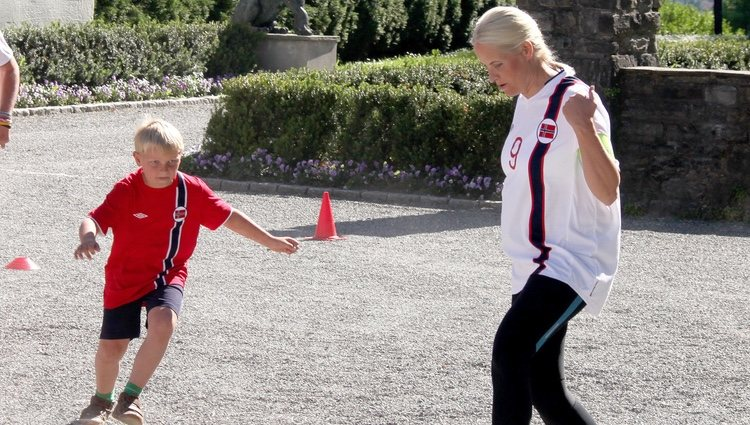 Mette-Marit de Noruega jugando al fútbol con Sverre Magnus