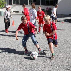 Ingrid Alexandra y Sverre Magnus de Noruega jugando al fútbol en un partido amistoso