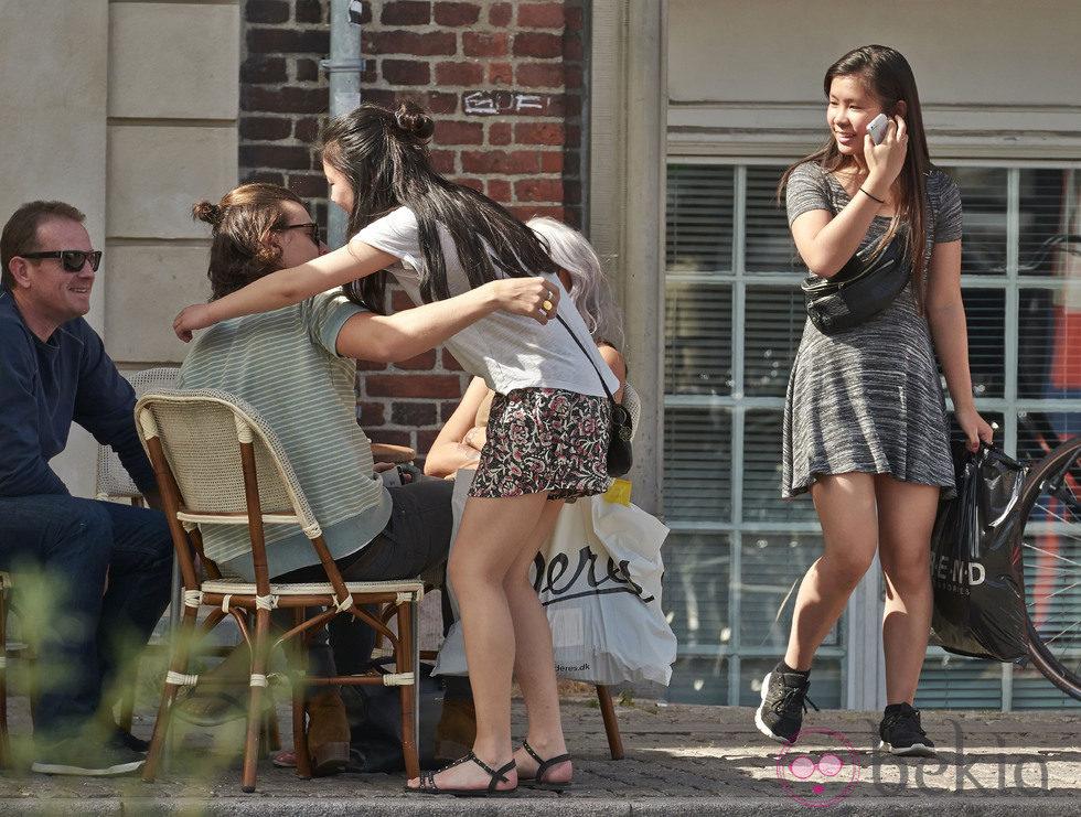 Harry styles abraza a una fan durante su tiempo libre en Copenhague.