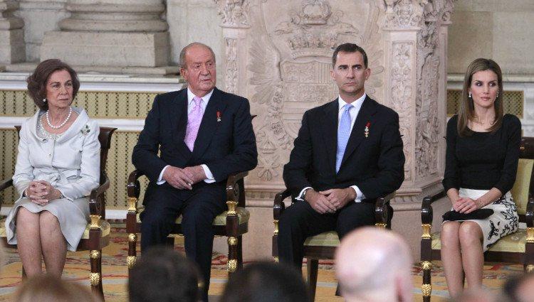 Los Reyes y los Príncipes en la firma de la Ley de Abdicación del Rey Juan Carlos