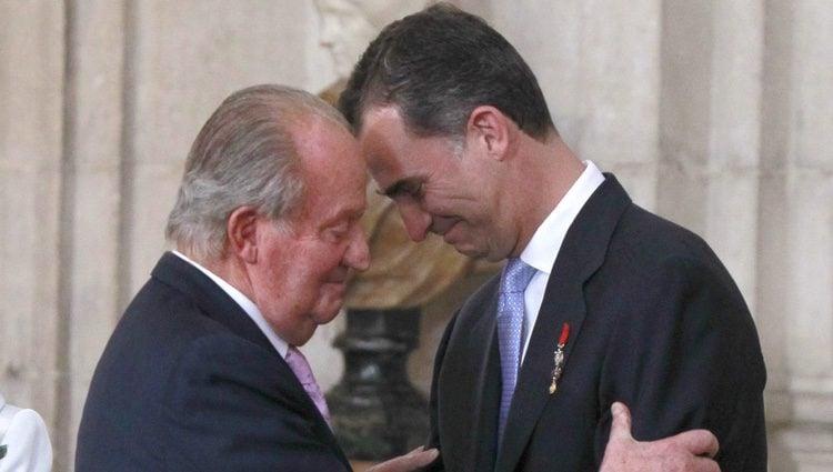 El Rey y el Príncipe abrazándose en la firma de la Ley de Abdicación del Rey Juan Carlos